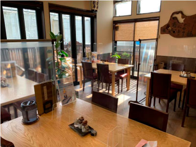 テーブル席の様子・店舗再建のお知らせ | 気仙沼・鹿折の手打ち釜揚げうどん「団平」